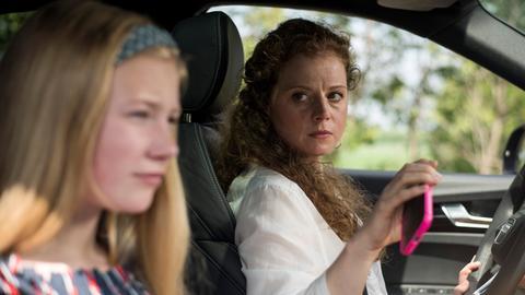 Soeben hatte sich Mila noch auf die gemeinsame Zeit mit ihrer Mutter Nastya (Anja Antonowicz, r..) und ihrer Schwester gefreut, plötzlich kippt die Situation. Warum nimmt Nastya Mila zum Beispiel das Handy weg?