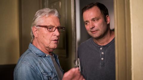 Ein Punkt für Roland (Axel Holst, r.): Als Andy (Jo Bolling) von Angelina den Auftrag bekommt, den Hof von Haus Nr. 3 frei zu räumen, beschließt er, Roland bei seinem Vorhaben zu unterstützen, dort eine Saunatonne hinzusetzen.
