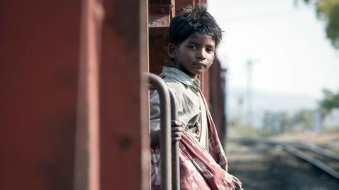 Allein in einem fahrenden Zug: Für den fünfjährigen Saroo (Sunny Pawar) beginnt eine Odyssee.