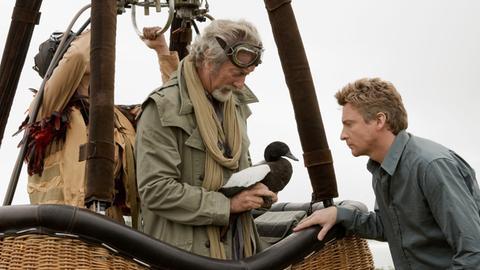 Doug (Rhys Darby) und Dr. Buster (Bryan Brown) versuchen die kranke Ente vermittels Höhenluft zu kurieren.