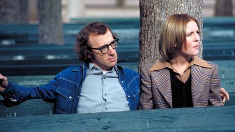 Linda (Diane Keaton) und  Allan Felix (Woody Allen) sitzen auf einer Parkbank