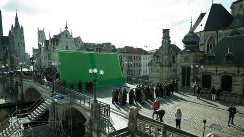 """Greenscreen-Dreh in den Straßen von Gent/Belgien. Hier bei der Szene """"Die Bettlerscharen ziehen durch London""""."""