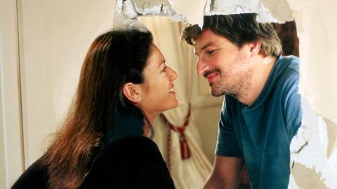 Diese Wand wird nicht mehr gebraucht: Marlene (Christine Neubauer) und Henri (Stefan Jürgens) ordnen ihre Haushalte neu.