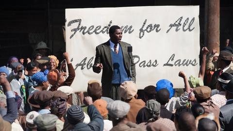 Der junge Anwalt Nelson Mandela (Idris Elba, Mitte) will nicht mehr hinnehmen, dass für Schwarze andere Rechte als für Weiße gelten.