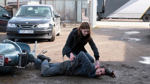 Isabell (Nina Zanjani) verhaftet den verdächtigen Vespafahrer (Martin Aliaga).