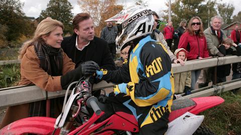 Kommissar Wallander (Krister Henriksson, 2.v. links) gratuliert Katarina Ahlsells (Lena Endre) Sohn Elias (Noah Waldfogel, 3.v.links) zu seinem Sieg im Motocross-Rennen.