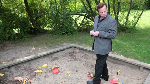 Kommissar Wallander (Krister Henriksson) untersucht den Kinderspielplatz.