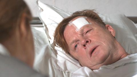 Kurt Wallander (Krister Henriksson) ist bei einem Bombenanschlag verletzt worden.