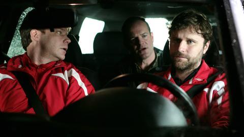 Die Nachbarn Ralf (Shanti Roney, re.), Olle (Jacob Ericksson, Mitte) und Peter (Kalle Westerdahl) gründen eine Bürgerwehr, doch dabei schießen sie über das Ziel hinaus.