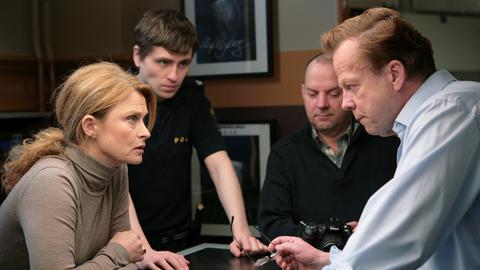 Kommissar Wallander (Krister Henriksson, rechts) bespricht sich mir der Staatsanwältin Katarina Ahlsell (Lena Endre) sowie seinen beiden Kollegen Pontus (Sverrir Gudnason, links) und Nyberg (Mats Bergman).