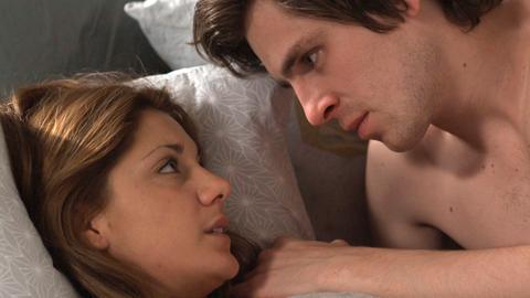 Isabell (Nina Zanjani) hat eine heimliche Beziehung zu ihrem Kollegen Pontus (Sverrir Gudnason).