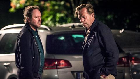 Martinsson (Douglas Johansson, links) wundert sich über Wallanders (Krister Henriksson) eigenartiges Verhalten.