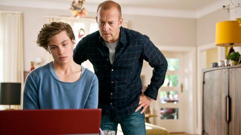 Tobias (Heino Ferch) und sein Sohn Finn (Jannik Schümann) schauen sich auf Dating-Portalen im Internet um.