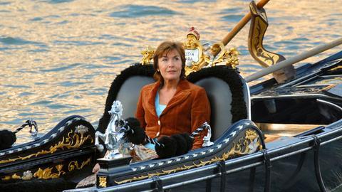 Katharina (Thekla Carola Wied) träumt von Venedig.