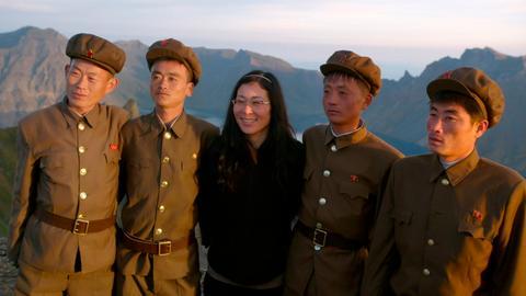 Regisseurin Sung-Hyung Cho mit Soldaten auf dem heiligen Berg Baekdu.