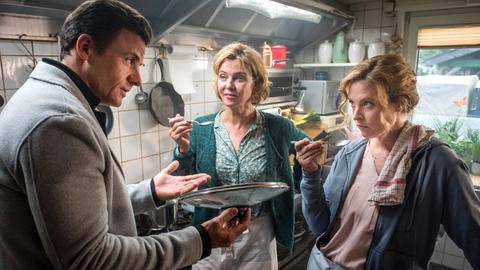 Star-Koch Rufus (Stephan Luca) muss Eifel-Wirtin Toni (Diana Amft, re.) erst einmal überzeugen. Ihre Mutter Heidi (Margarita Broich) ist begeistert.