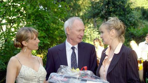 An Walters (Arthur Brauss) Geburtstag buhlen seine ungleichen Töchter Clarissa (Katharina Schubert, re.) und Ina (Nadeshda Brennicke) um seine Gunst.
