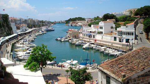 Blick auf den Hafen von Ciutadella im Westen von Menorca.
