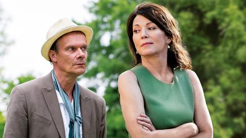 Luise Jansen (Iris Berben) und Frans Winther (Edgar Selge) beschnuppern sich.