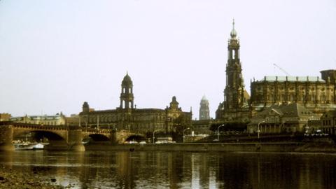Canalettoblick 1990 ohne Frauenkirche mit schwarzer Elbe