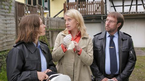 Sangesbruder Hermann ist erschlagen worden. Sophie Haas (Caroline Peters, M.), Dietmar Schäffer (Bjarne Mädel, r.) und Bärbel Schmied (Meike Droste, l.) rätseln, ob die Tat politisch motiviert war.