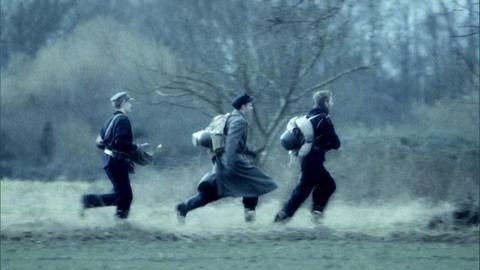 Soldaten laufen über eine Wiese
