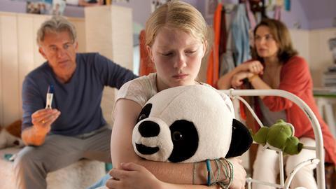 Die 14-jährige Mona (Stefanie Amarell) wird von ihren Eltern (Dominic Raacke, Barbara Auer) zur Rede gestellt, nachdem diese ihren Schwangerschaftstest gefunden haben.