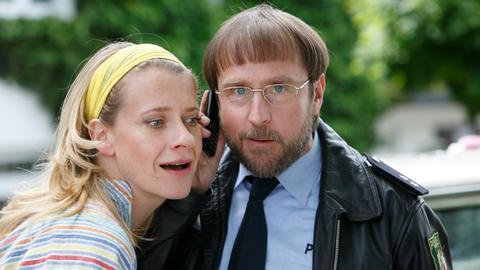 Sophie Haas (Caroline Peters, l.) und Dietmar Schäffer (Bjarne Mädel, r.) haben endlich eine heisse Spur im Mordfall Ines.