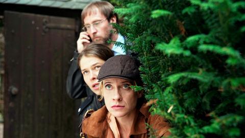 Auf der Burg ist die Gräfin verstorben, Sophie Haas (Caroline Peters, r.), Bärbel Schmied (Meike Droste, M.) und Dietmar Schäffer (Bjarne Mädel, hinten.) ermitteln.