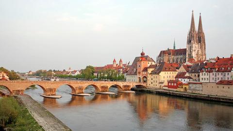 Blick über die Donau auf den Regensburger Dom und die Steinerne Brücke