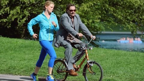 Der Ex-Polizeiausbilder Sam (Martin Feifel) scheucht Mia (Mira Bartuschek) durch den Park.