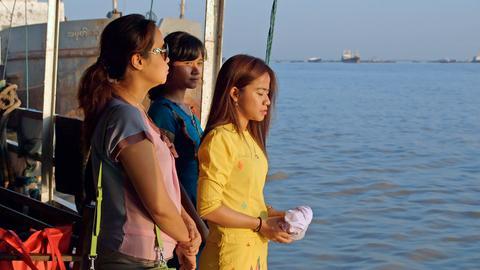 Noe Noe und ihre Schwestern am Yangon River, Rangun.