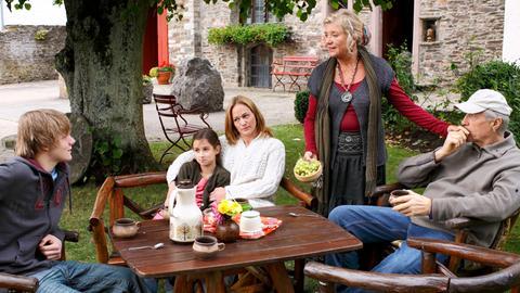 Merrit (Sonsee Neu, 3.v.re.) und ihre beiden Kinder Jule (Laura Antonia Roge) und Max (Max von der Groeben, li.) fühlen sich bei Iris (Jutta Speidel) und deren Mann Christian (Reiner Schöne) pudelwohl.