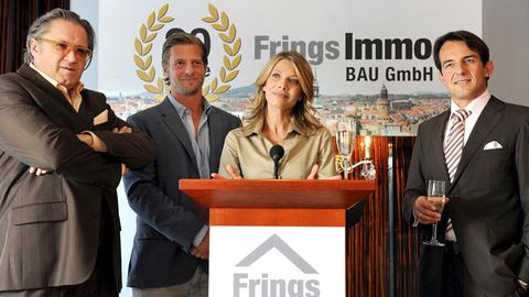 Nina (Ursula Karven) überrascht ihren Mann Robert (Hans-Werner Meyer, rechts) und den Bauunternehmer Frings (Michael Brandner, links) mit der Neuigkeit, dass sie für Philipps (Henning Baum) Ökopartei als Spitzenkandidatin antreten will.