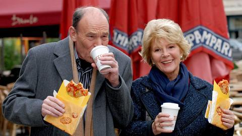 Marie Gruber (Christiane Hörbiger) hat den netten Finanzmanager Gerd Fürst (Michael Mendl) kennen gelernt - und ahnt nicht, dass ausgerechnet er dafür verantwortlich ist, dass der Mietvertrag für ihr geliebtes Berliner Café nicht verlängert wird.