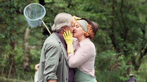 Henrike (Bettina Kupfer) versucht frischen Wind in ihr Eheleben mit Fred (Peter Sattmann) zu bringen.