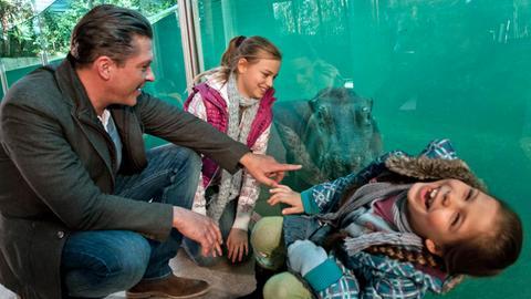 Florian (Hardy Krüger jr.) amüsiert sich mit seinen Töchtern Sophie (Hanna Höppner, Mitte) und Anna (Monique Schröder) im Zoo.