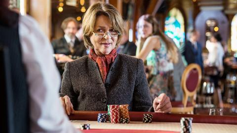 Rosa (Cornelia Froboess) will am Spieltisch das verlorene Hab und Gut zurückgewinnen.