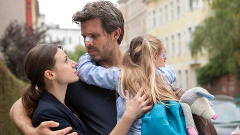 Endlich nähert sich Werner (Steffen Groth) seiner Tochter Julia (Julia Hartmann, li.) und Enkelin Zora (Laura & Tamara Graser) wieder an.