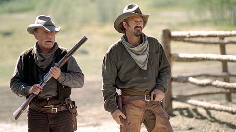 Boss Spearman (Robert Duvall, li.) und Charley Waite (Kevin Costner) ziehen in den Kampf gegen eine Übermacht.