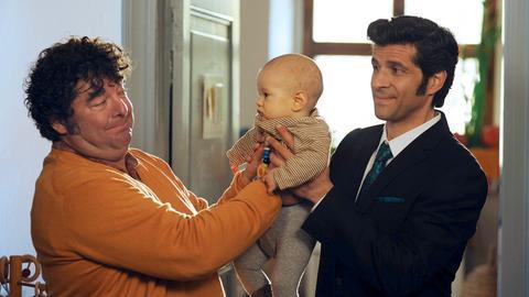 Moritz (Pasquale Aleardi, rechts) hilft seinem Chef Toby (Rainer Piwek), der eine große Abneigung gegen das Wechseln von Windeln hat.