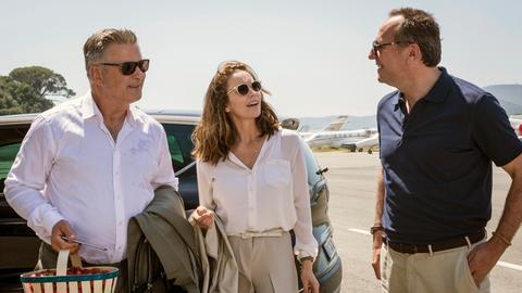 Hollywood-Filmproduzent Michael Lockwood (Alec Baldwin, li.) schickt seine Ehefrau Anne (Diane Lane) auf eine Reise mit seinem französischen Geschäftspartner Jacques (Arnaud Viard, re.).