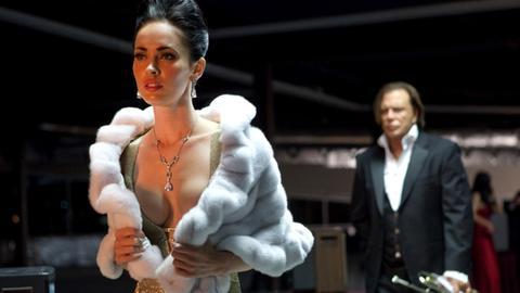 Nate (Mickey Rourke) möchte, dass Lily (Megan Fox) mit ihm kommt.