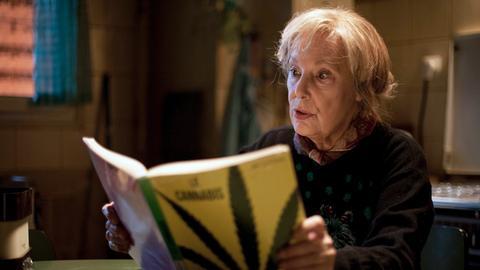 Die rüstige Seniorin Paulette (Bernadette Lafont) macht sich mit den Finessen das Hanfanbaus vertraut.