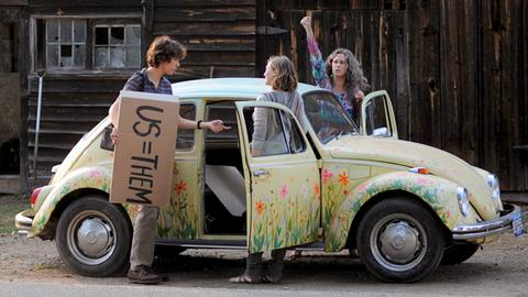 Zoe (Elizabeth Olsen) und Jake (Nat Wolff) bewundern Oma Graces (Jane Fonda, re.) seltsames Fortbewegungsmittel.