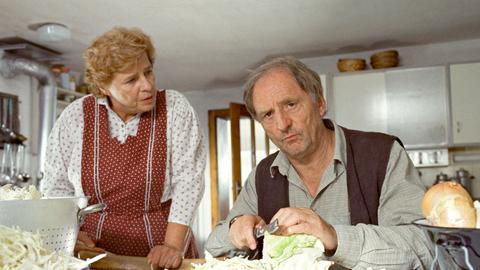 Die Haushälterin Rosi (Christiane Blumhoff) redet dem griesgrämigen Ludwig (Günther Maria Halmer) ins Gewissen.