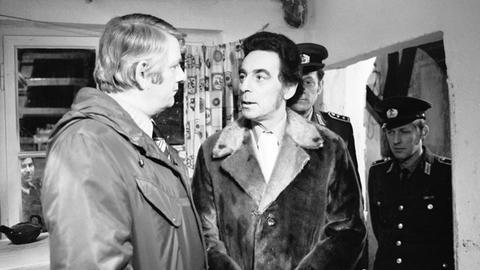 Peter Borgelt (Oberleutnant Fuchs, li) und Fred Alexander (Barkeeper Hänschen)