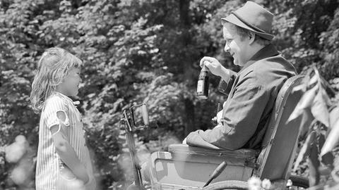Kind Karin Berger (Sylke Glöckner, li.) und Roland Knappe (Manfred Teich, re.)
