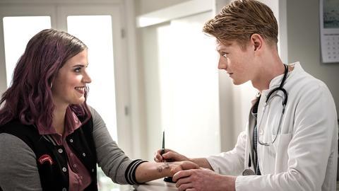 Nora (Tanja Wedhorn) lernt Matthias (Shenja Lacher) und seinen Bruder Robin (Max Dominik) kennen.