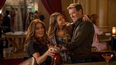 """""""Professor Love"""" in seinem Element: Richard (Pierce Brosnan) mit seiner bezaubernden Freundin Kate (Jessica Alba) und ihrer bildschönen Schwester Olivia (Salma Hayek, li.)."""